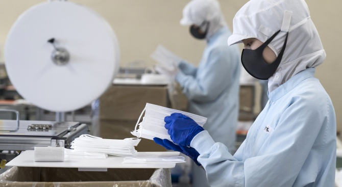 Франция продължава да полага усилия за снабдяване с предпазни маски