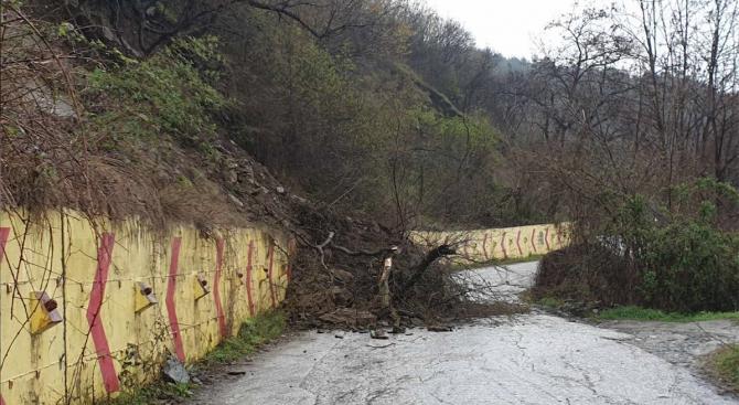 Свлачище затвори временно пътя между Асеновата крепост и село Лясково,