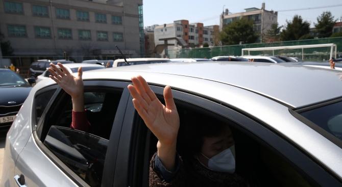 Някои църкви в Южна Корея започнаха да предлагат религиозни служби,
