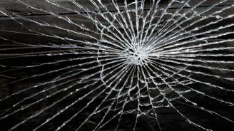 Двама мъже счупиха телевизор като протест срещу мерките за коронавируса