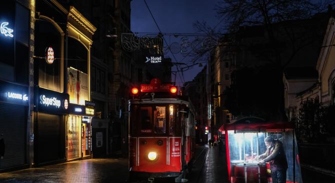 Прочутият ретро трамвай в Истанбул спря да се движи заради коронавируса