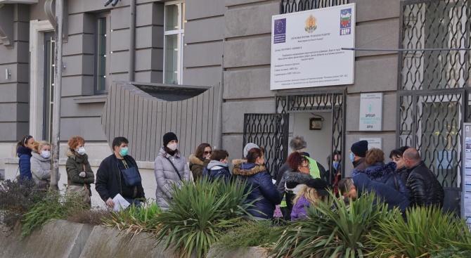 Опашки се извиха пред бюрата по труда в София