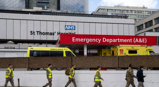 Лекар от Великобритания: Казваме на близките по телефона, че изключваме апаратите на болните от COVID-19