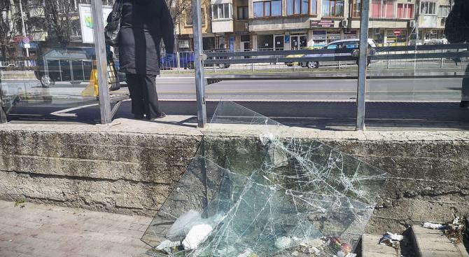 Силен вятър във Варна нанесе поражения из града