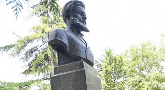 Нагла кражба на портрети на Ботев и Левски и на народни носии