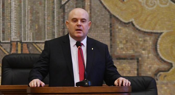 Гешев с предложение до ВСС да замрази заплатите на магистратите до края на годината
