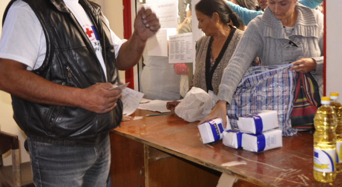 Доброволци на БЧК - Плевен раздават хранителни помощи