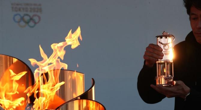 Олимпийският огън за отложената лятна олимпиада в Токио бе свален