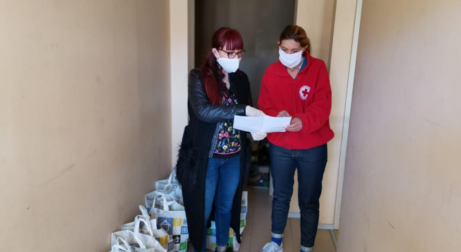 Народният представител от ГЕРБ Даниела Савеклиева дари хранителни продукти и предпазни маски