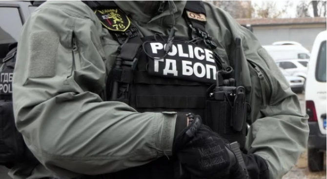 Разследват незаконно държане на тютюн и наркотични вещества в ромската махала в Благоевград