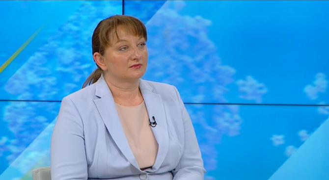 Деница Сачева: Уточнявам, държавата изплаща 60% от осигуровките, а не 100%
