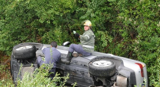 20-годишен шофьор преобърна колата си в канавка, баща му пострада
