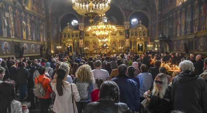 Поклонението за Цветница се отменя тази година, а литургията за