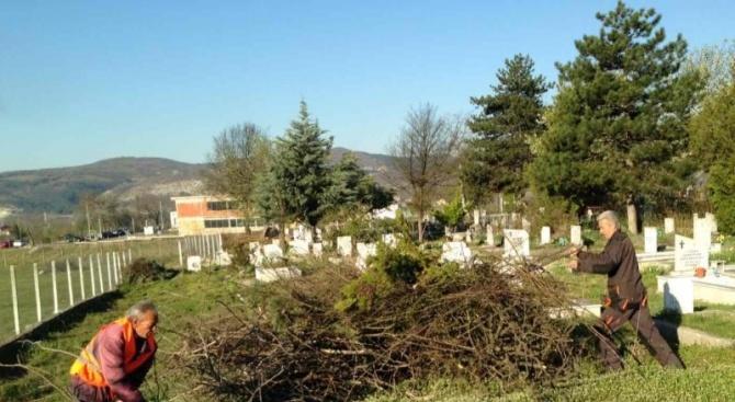 Работници на община Момчилград почистиха християнския гробищен парк. Това се