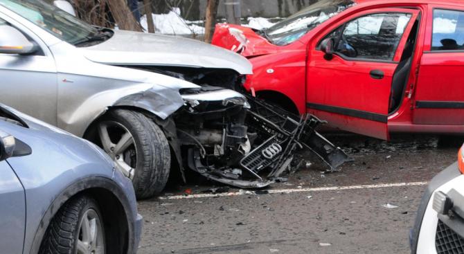 Верижна катастрофа в Бургас, има ранен шофьор