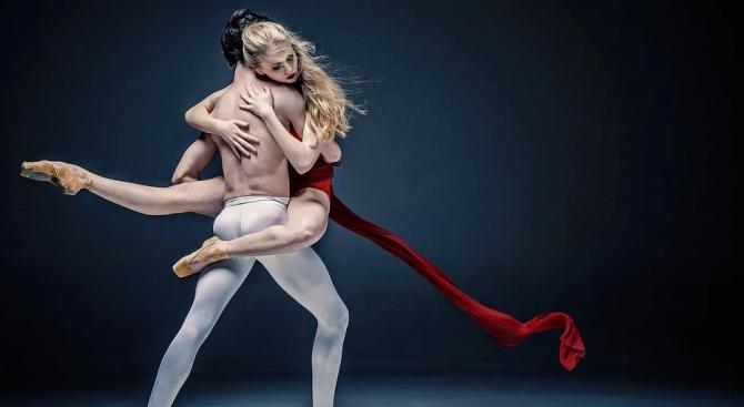 Руски балерини танцуват в кухните си, за да радват почитателите