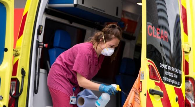 Във Великобритания бяха регистрирани нови 881 смъртни случая от коронавирус,