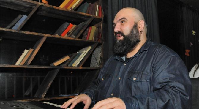 Музикантът Венци Мицов се вдъхнови от извънредното положение и написа