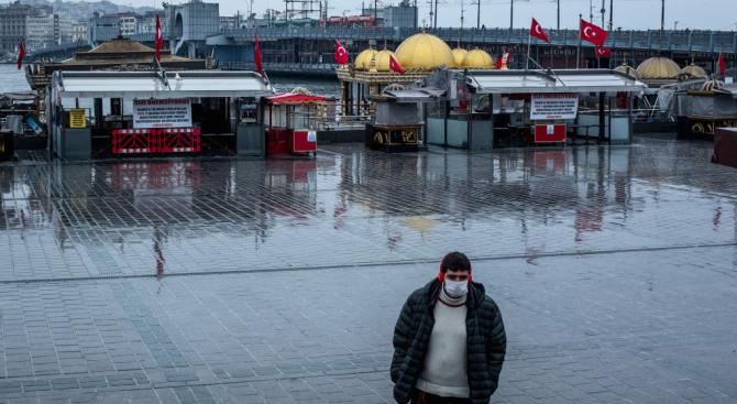 Към момента близо 138 000 турски граждани са поставени под