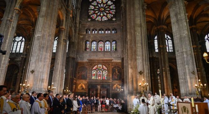 """Великденска литургия бе отслужена в парижката катедрала """"Нотр дам"""" само пред няколко души"""
