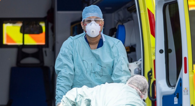 Смъртните случаи, причинени от коронавируса във Великобритания, станаха с 980