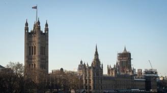 Британското правителство ще прилага плановете за борба с коронавируса