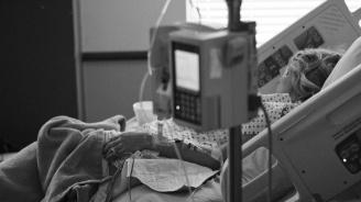 Жена със съмнения за коронавирус почина, приятелят ѝ счупил ребрата