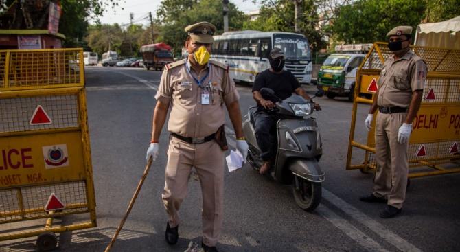 Десетима туристи, които са пренебрегнали противоепидемичните правила в Индия, са