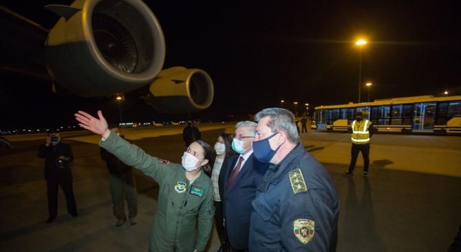 Българка пилотира Боинг C-17, който достави предпазни материали от Китай у нас