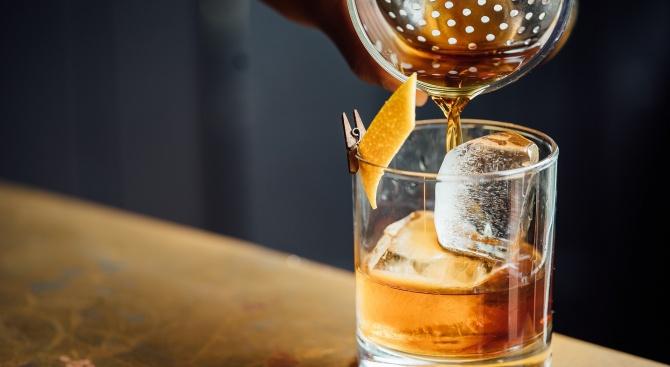 89-годишна баба шашна доброволци - поръча си уиски!