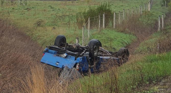 Автомобил се обърна по таван при катастрофа на Ботевградско шосе