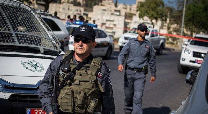 Мъж рани израелски полицай с ножици. Убиха го