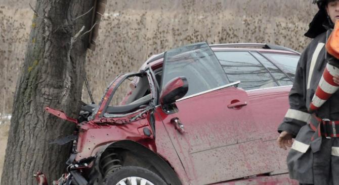 Пиян шофьор заби колата си в дърво край Бургас