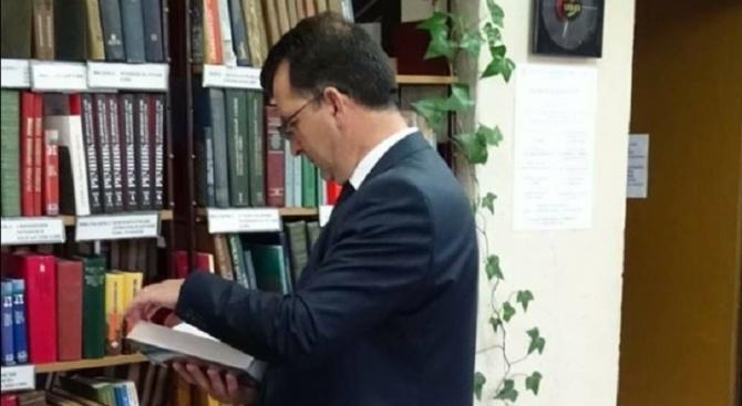 Евродепутатът Асим Адемов: Не се лишавайте от верния приятел книгата