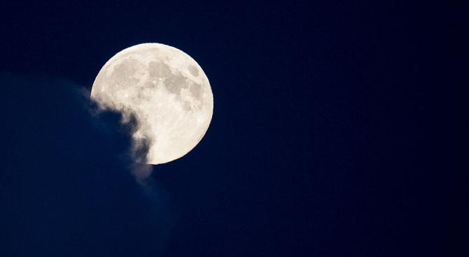 Продават на търг парче от Луната, намерено в Сахара