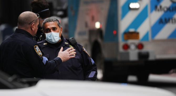 Нюйоркската полиция засилва мерките за спазване на социална дистанция през уикенда след затоплянето на времето