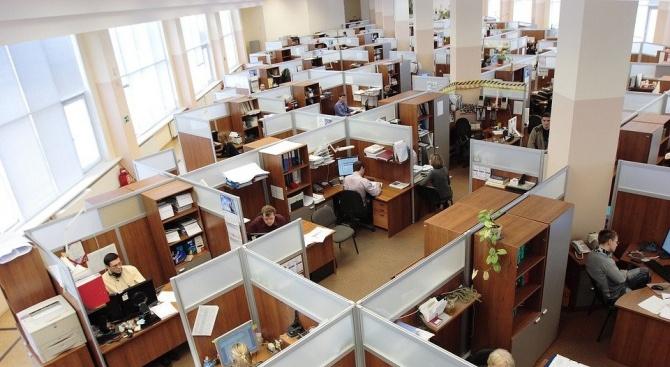 Разстоянието между работещите трябва да е два метра, ако не