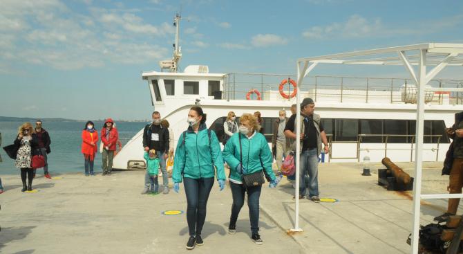 Първи туристи по морето, посетиха остров Света Анастасия