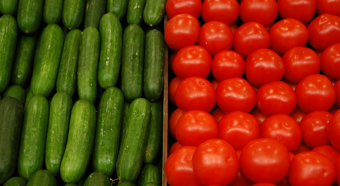 Само при краставиците и доматите има спад на цените