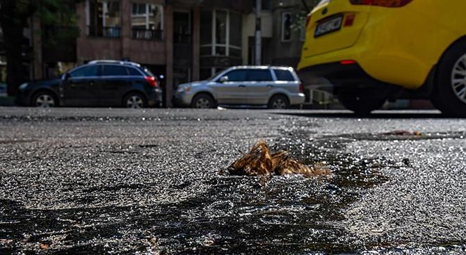"""Шофьорите могат да искат обезщетение за щети от разтопения в асфалт """"Подуяне"""" в София"""