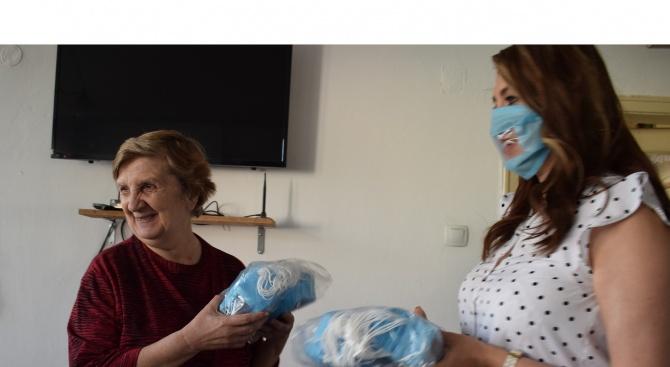 Специални предпазни маски бяха дарени на глухите хора в Русе.