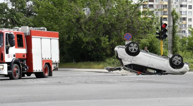 Три коли се блъснаха на кръстовище, едната се обърна по таван