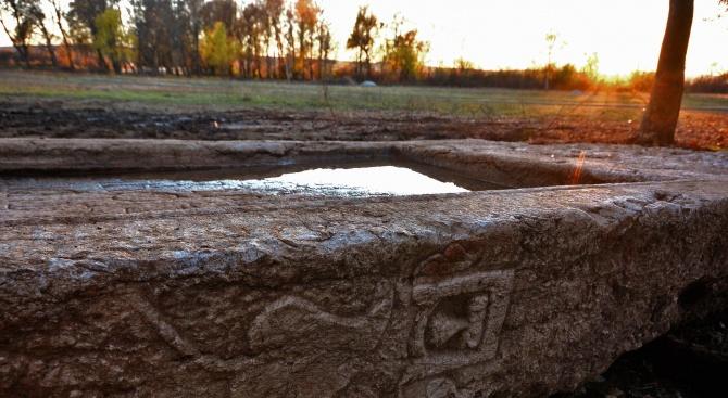 Археолози откриха във Варна късноантична римска надгробна плоча