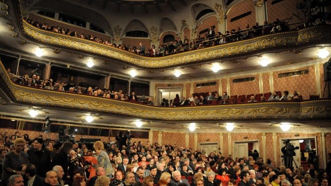 Народният театър се готви за представления на открито