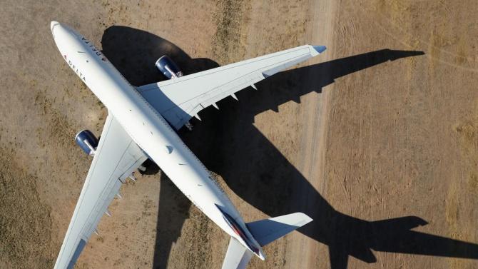 Охранителни камери са заснели падането на пътническия самолет в Пакистан.
