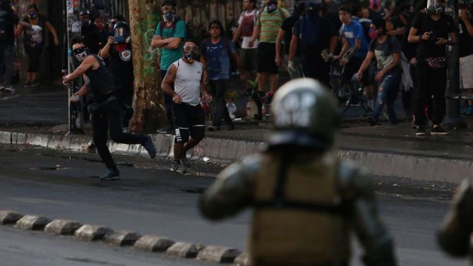 Протест срещу ограничителните мерки в Чили, простреляха полицай