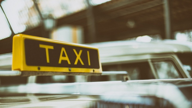 Разделят с прозрачни прегради шофьора от пътниците в таксито