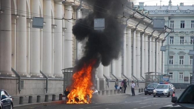 Мъж взе заложници в банка в Москва, заплаши да взриви сградата