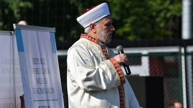 За първи път: Главният мюфтия отслужи празнична молитва за Рамазан Байрам на открито