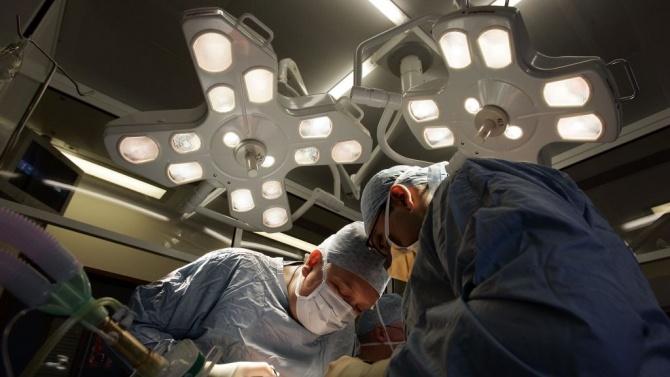 Направиха първата в Европа животоспасяваща белодробна трансплантация на болна от COVID-19